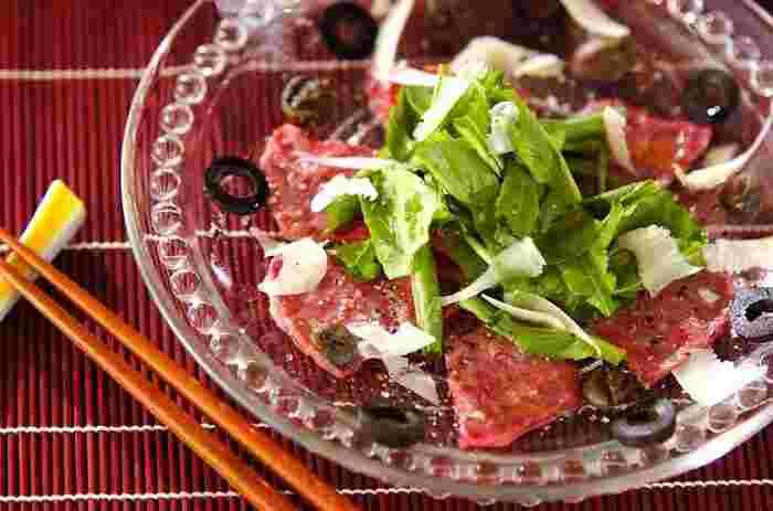 イタリア生まれのカルパッチョは、本来は生の牛肉の薄切りにソースやチーズなどをかけたものなんだとか。また、カルパッチョの名前の由来は、イタリアの画家・ヴィットーレ・カルパッチョ氏が生牛肉にチーズをかけた料理を好んだことによるという説や、彼の赤を基調にした画風が生牛肉の料理と色彩が似ているという説などさまざまです。