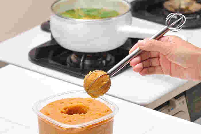 お味噌に入れてくるりと回せば、いつでも定量のお味噌が取り出せるマドラー。濃くなったり、薄くなったり・・・ばらつきがちなお味噌汁の味が安定して作れます。