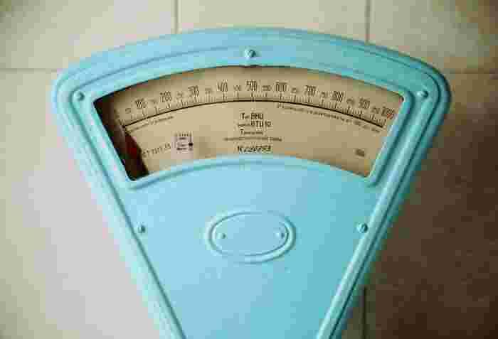 夏の暑い気候の中、冷たいアイスコーヒーはさっぱりしてついつい飲みすぎることも。気になるカロリーは、1杯が約8キロカロリーと少なめです。  これに砂糖が入ると約30キロカロリー、ミルクと砂糖を入れると約40キロカロリー、さらにカフェオレだと約70キロカロリーになります。それでもコーラなど炭酸飲料より低いですが、ガムシロップなどの淹れすぎに注意ですね。