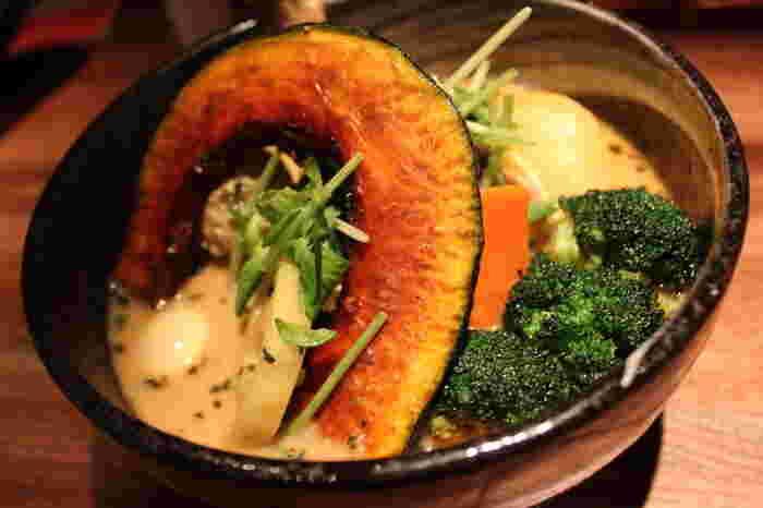 北海道の人気俳優集団「TEAM NACS」の森崎博之さん一押しのお店としても知られている、1996年オープンの「Yellow」。高圧釜でとった黄色みの強いスープは、濃厚さとハーブやスパイスの鮮烈な香りが融合。「一度食べたらハマる」というファンの多いお店です。「チキン野菜カリー」は一番人気の定番メニュー。