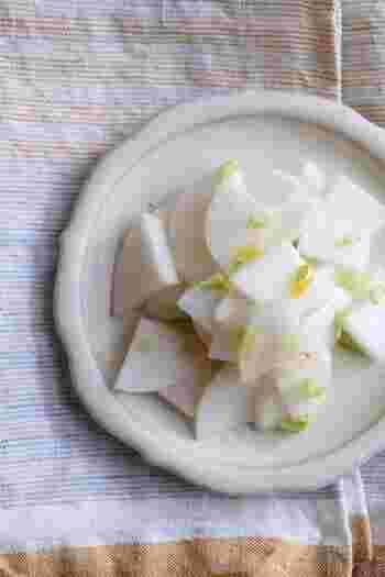 柚子の香りが広がるカブの甘酢漬け。カブの葉があれば、刻んで一緒に入れてもOk!お弁当にも、お食事の箸休めにもぴったりです。