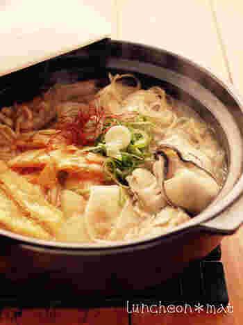 大根を薄くスライスして春雨や牡蠣などと煮込むキムチ鍋。ヒラヒラ大根や春雨に、牡蠣のお出汁が効いたピリ辛スープが浸み込んで味わい深くなります。コチュジャンや糸唐辛子などを追加して、お好みの辛さに仕上げてくださいね。