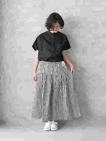 黒シャツ×ギンガムチェック柄のロングスカートのモノトーンコーデは、足元に白スニーカーを合わせて軽やかさを演出して。トップスにシャツを合わせるときちんと感のある印象に仕上がります。
