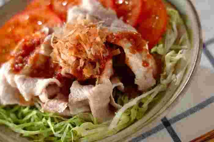■冷しゃぶの梅肉ソース 豚の薄切り肉はしゃぶしゃぶ仕立てにすることでカロリーダウン。食べ応えもあり、梅に含まれるクエン酸は疲労回復効果も期待できます。下に敷くレタスの量を増やして量増しする事も忘れずに。