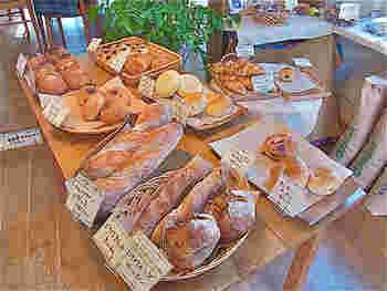 西宮市にある「ameen's oven」。バゲットなどハード系のパンが自慢のお店です。店内で販売されているパンやジャムはクール便でのお取り寄せが可能です。
