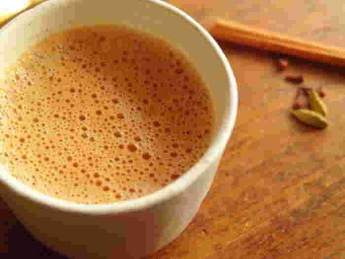 インド式のスパイスミルクティー(マサラチャイ)でリフレッシュ! カルダモン・コショウ・ショウガ・クローブ…、さまざまなスパイスとアッサムティーで煮出したチャイでぽかぽかと身体が温まる、寒い季節にぴったりの飲み物です。