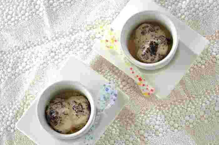 アイスクリームにクリームサンドクッキーを混ぜるとのボリュームが出て満足感がアップします!こちらのレシピは卵黄、生クリーム、牛乳などを混ぜて凍らしてアイスクリームを作っていますが、市販のバニラアイスを使ってもお手軽で良いかも。