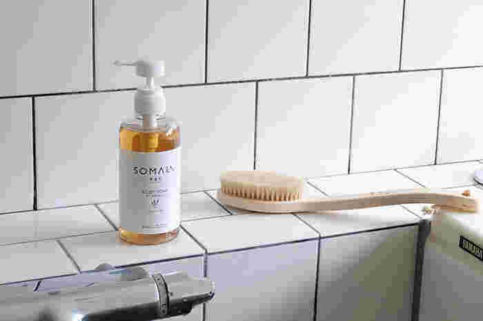 大正13年(1924年の創業以来、変わらず昔ながらの「釜焚き製法」で石鹸を製造している「木村石鹸」が、これまでのノウハウを活かしながら新たに立ち上げたハウスケア&ボディケアブランド「ソマリ」のボディ用液体石けん 。