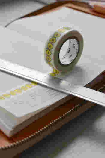 マスキングテープを使っても◎。マスキングテープは、手帳の外側と中身、両方のデコレーションに使えます。ちなみに、無印のアルミ定規はマスキングテープをカットするのに便利なのだそう♪