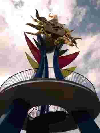 「若い太陽の塔」は大阪万博より1年早い1969年に制作されたもので、太陽の塔の前身とも言える作品です。黄金の太陽の周りには11本の炎があり、燃え立つ太陽を表現しています。途中にある展望台からは濃尾平野が一望でき、見晴らしも抜群ですよ!