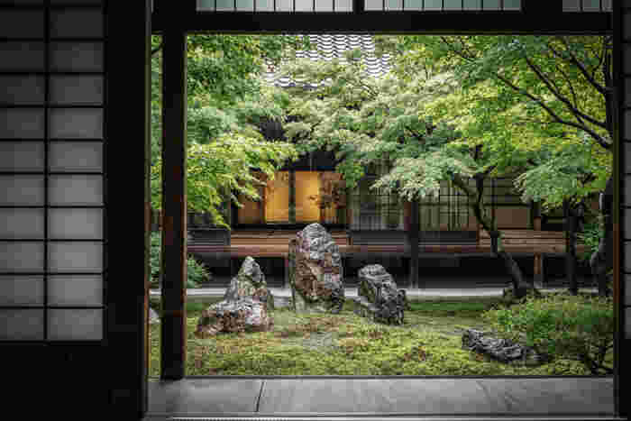 祇園の少し南側、住宅街にひっそりと佇む「建仁寺(けんにじ)」は、京都最古といわれる禅寺。美しい庭を楽しめるほか、座禅や写経体験など禅の教えを学ぶこともできます。