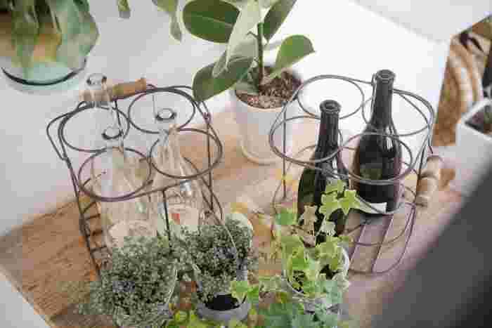 空いている小さなガラス瓶などにワインを注ぎ、口ぎりぎりまで満たしたらしっかり栓をしてください。ボトルが小さいので容器内の空気が少なく、空気とワインの接触面も少ないので酸化を防げます。