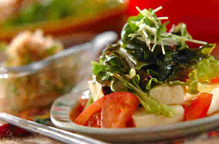 シュウマイにぴったりなヘルシーなサラダ。冷蔵庫によくある定番食材を使って作れるのでお手軽ですよ! 特製のドレッシングでサッパリと召し上がれ。