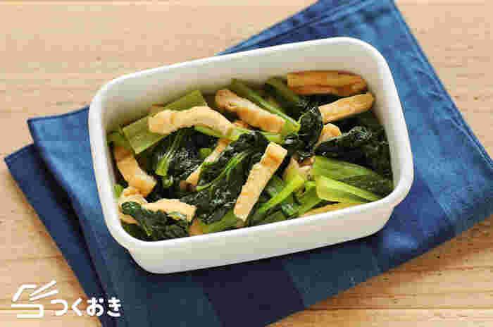 小松菜と油揚げにだし汁がよくしみ込んだ、和食の基本ともいえる優しい味の副菜です。冷たいままでも美味しいので、常備菜としてもおすすめ。