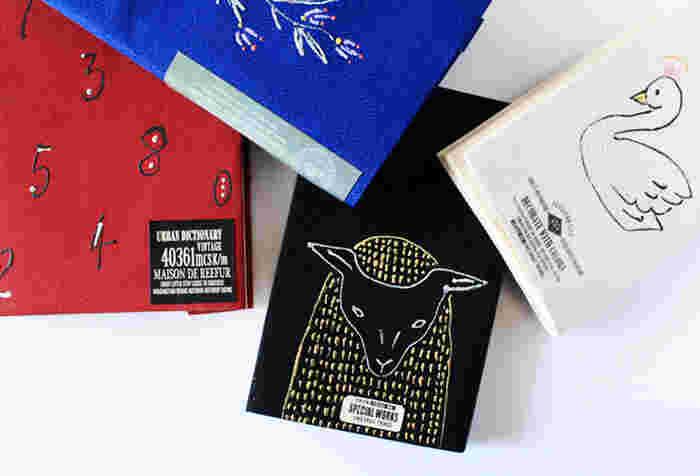 針と糸を使わずに作れるブックカバーは、紙と布を貼って折っていくだけなのでとっても簡単!刺繍はステッチカラーで好きなデザインを描けばOK。裁縫が苦手という方に試してほしいDIYです。
