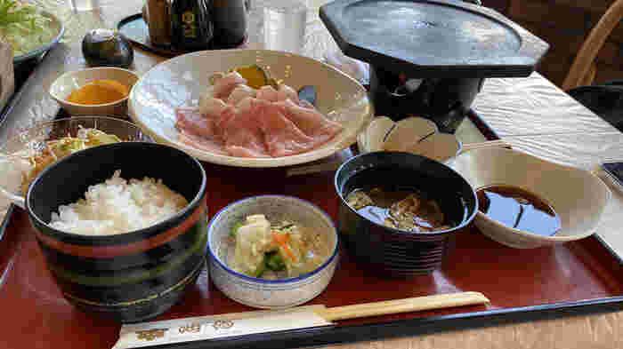 山梨の郷土料理を堪能するなら、山中湖の畔に位置する「海馬(シーホース)」がおすすめ!甲州牛、馬刺し、富士桜ポークなど食通もうなる贅沢な食材を味わうことができます。