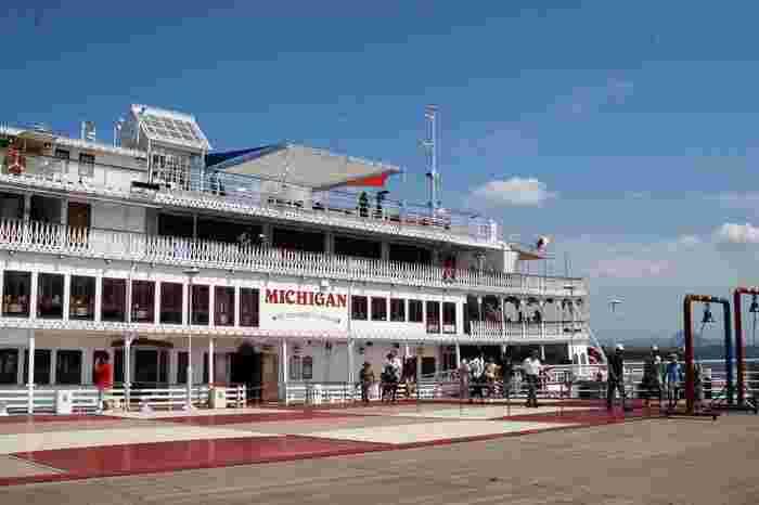 琵琶湖の周遊を楽しむことができる「ミシガンクルーズ」。3つクルーズコースがあり、それぞれ乗船時間や船上でのお食事やイベントなど内容が少しずつ異なります。どのコースでも琵琶湖の大パノラマを間近で楽しめるのが一番の魅力。非日常を味わうことのできるおすすめスポットです。