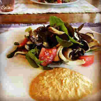 イタリアで修業したオーナーシェフが作るお料理は、シンプルかつ繊細な味わいです。地産地消にこだわっているため、その日に仕入れた食材によってメニューを考案しているそう。