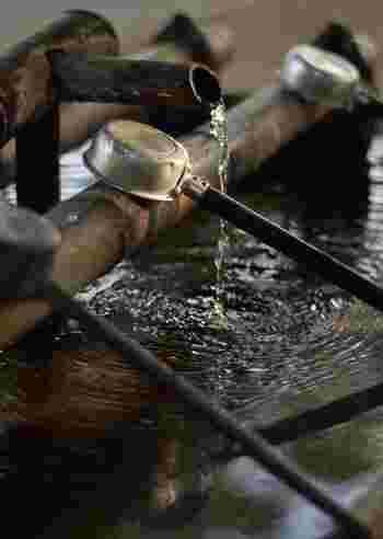 神社には必ず「手水舎」という手と口を清める場所があります。神様への参拝は神聖なる儀式。手と口、ひいては心身を清めてお参りに臨みましょう。