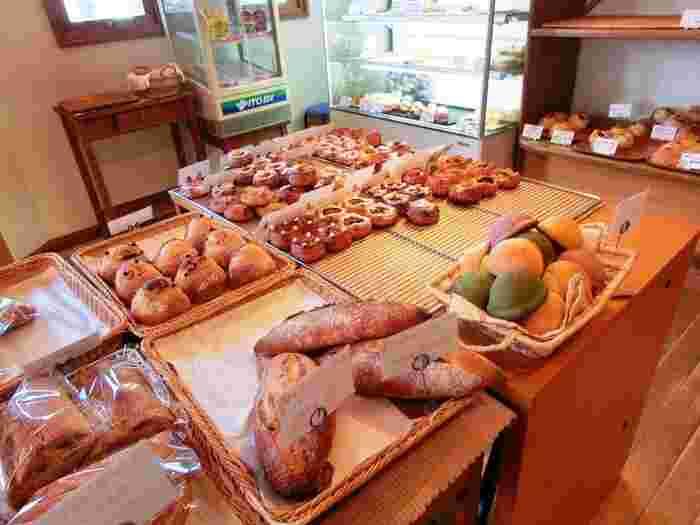 店内は明るく暖かな雰囲気です。デニッシュ系など人気のパンの他に、ハード系も揃っています。そんな中にも存在感を放っているのがご当地パンである牛乳パン。