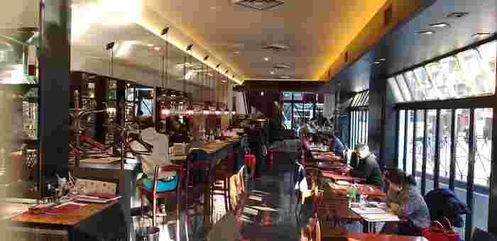 パティオ十番に面していて、ガラス張りの開放的な雰囲気。景色を見ながらゆっくりお食事もいいですね。2階の落ち着いたスペースもおすすめです。