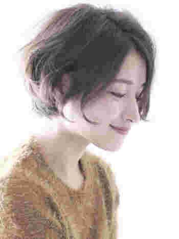 こちらは毛先にワンカールのパーマをかけて、華やかな印象に仕上げたショートボブ。丸みのある柔らかいシルエットが女性らしい雰囲気です。