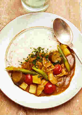 電子レンジだけで作るカレー。下味をつけた豚肉とカットした野菜を一緒にチンするだけで、野菜たっぷりの美味しいカレーができます。加熱時間は長いけど、その時間に他の料理を作ったり、家事をしたりできるので、忙しい日のお助けレシピとして覚えておくと便利かも。