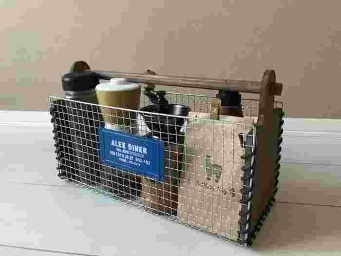 焼き網とカッティングボードを組み合わせたコーヒーグッズバスケット。折り曲げた焼き網と穴を開けたカッティングボードにレザー紐をくるくると通して結びます。最後に丸棒を通したら完成!カッティングボードをペイントしたり、ネームタグをつけるとおしゃれ度もアップ!コーヒーツールを収納するバスケットがあれば、カフェタイムがもっと気軽に楽しめそうですね♪