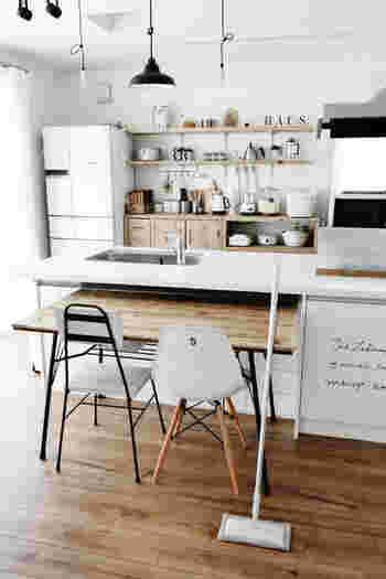 電気を使わなくてもサッと床掃除ができるシンプルな無印のフローリングモップ。ナチュラルな空間にもしっかり馴染んでいます。