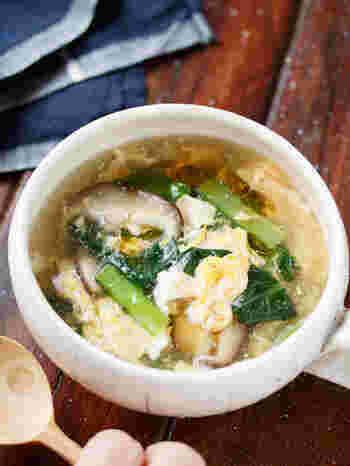 こちらは、小松菜と椎茸の卵スープです。みりんを入れることで、小松菜の苦みを軽減しているのだそう。寒い季節に嬉しいショウガも入っています。オイスターソースは入れなくてもできますが、おうちにあればぜひ入れてみてくださいね。味に深みが加わるでしょう♪