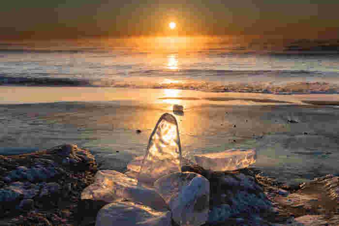 ジュエリーアイスは、太平洋に流れ出た十勝川の氷が海岸に打ち上げられたもの。海岸に打ち上げられた氷は、波に揺られるうちに角が取れて、透き通った宝石のようになります。