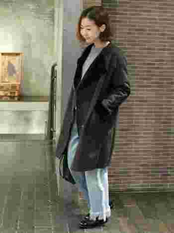 ブラックのムートンコートはノーカラーで大人っぽく。フリンジがポイントのワイドパンツでIラインを強調してシャープにまとめて。