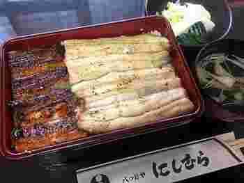 「うなぎ」は、千住の川魚問屋「松本」から仕入れている国産の最高級品。店内でいただくうな重定食の特上は、中串2枚が乗る豪華さ。蒲焼き2枚でも良いし、蒲焼きと白焼きの2種類でも注文できるので、2種類食べ比べてみてはいかがでしょうか。