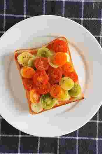 4色のミニトマトを乗せた色鮮やかなトースト。加熱することで、ミニトマトがトロっとした食感になり、甘味もアップ!2色や1色で作ってももちろんOK。