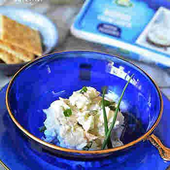 ■白だし×クリームチーズ  わさび、白だし、オリーブオイルを混ぜ合わせた調味液でホタテとクリームチーズを和える簡単おつまみ。和と洋のコラボレーションの絶妙な味わいを楽しめます。  クリームチーズはざっくり混ぜ合わせるようにすると、それぞれの味の違いを敏感に味わえます。