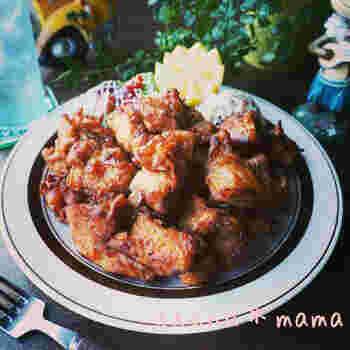 チキンは、ニンニクやショウガ、砂糖にオイスターソースなどでしっかり味付け。そのをチキンを、モチ粉と片栗粉でカリッと揚げた料理が、こちらの「モチコチキン」です。砂糖が入るので、焦げに注意しながらじっくり揚げてくださいね。