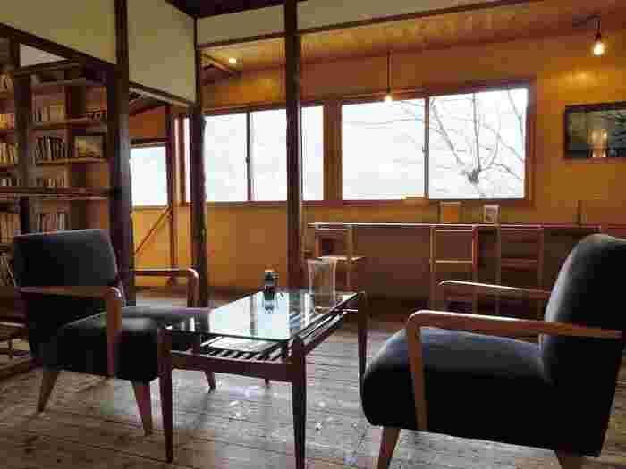 カフェの2階は、本を読んだり絵を鑑賞したり、落ち着いた空間のギャラリー。窓からの景色もまた良しです◎