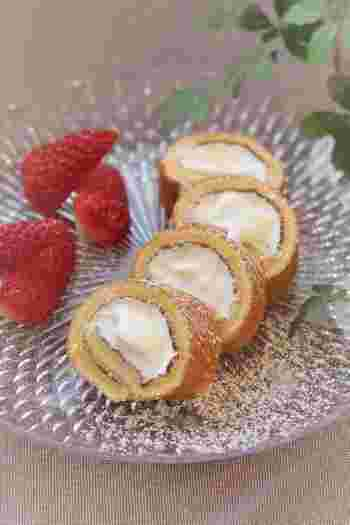材料5つで作れる、ひと口サイズの可愛いプチロールケーキのレシピです。卵焼き器が型代わりになるので、普段お菓子作りをしない方でも作りやすくなっています。