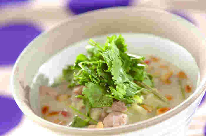 鶏肉のたんぱく質やコラーゲンがたっぷり摂れるサムゲタン風のあつあつスープかけご飯。肉を小さめに切って時短で仕上げますので、忙しいときにもおすすめ。体にもお肌にもよさそうですね。