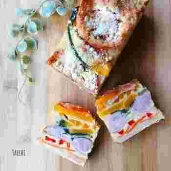 色とりどりの野菜とソーセージを使い、まるでテリーヌのような華やかさ。おもてなしやパーティーにもおすすめです。