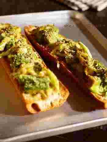 ねぎ味噌は、ごはんとパンどちらとも相性ぴったり。ねぎ味噌をアボカドと和えてからパンに乗せて焼くだけ。洋風にアレンジしたい朝にぜひ♪