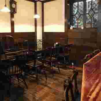 1976(昭和51)年創業。喫茶スペースはオレンジ色の優しい照明やウッド調のテーブルや椅子がぬくもりのある空間を演出しています。