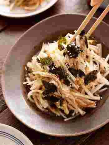 千切りにした大根と調味料を和えるタイプの無限サラダです。フレッシュな大根のシャキシャキ感が美味しくて、リピート間違いなしですね。かつお節と韓国海苔がさっぱりとした大根の味わいによく合います。カロリーも低く、大根をたっぷり食べたいときにおすすめのレシピです。