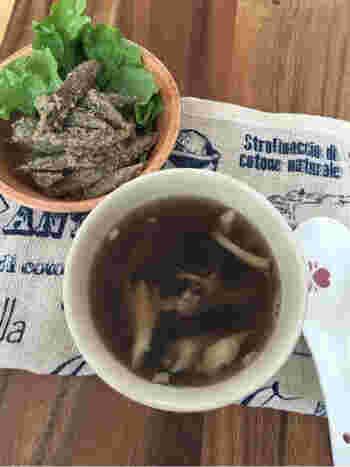ゴボウの茹で汁をアレンジしたきのこのスープです。ゴボウは灰汁が多い野菜のひとつなので、茹で汁から灰汁を取る必要があります。灰汁はとり過ぎず、適度に残すことで、旨みとコクのある美味しいスープが出来上がります。