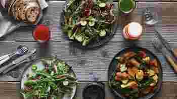 有機、特別、自然栽培など独自の基準で厳選した野菜を中心にしたサラダビュッフェはボリューミーで満足感★★★ 目的別に選べる「食べる美容液」ドレッシングは体験の価値ありです!