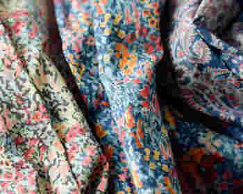 ピンクやオレンジがベースのリバティプリントは、着方を間違えると幼く見える可能性アリ。ブルーなどの寒色か、グリーンにパープルといった中性色を選ぶのが正解です。少しずつ慣れてきたら、ガーリッシュな甘めの色にもトライしてみましょう。