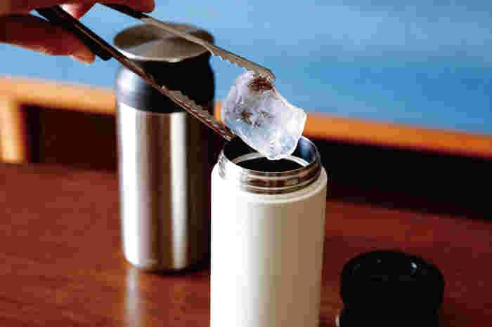 口が広いから、ちょっと大きい氷も入れることができます。保温、保冷効果は6時間もあるから、安心して美味しい飲み物を持ち運べます。