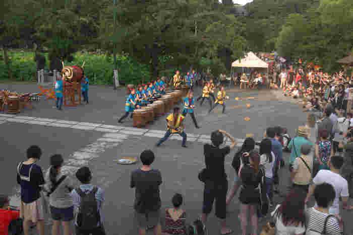 毎年7月中旬~8月中旬頃になると、上野中央大通りを中心に「江戸趣味納涼大会」が開催され、屋台が立ち並び、コンサート・盆踊り・寄席などイベントが盛りだくさん。毎年大勢の人で賑わいます。