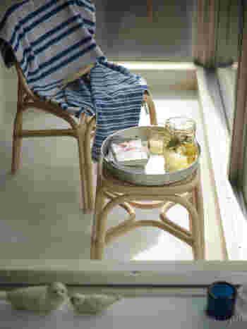 ちょっとしたテーブルのように使うこともできる深さのある丸盆。好きなところに運んで、ほっこりとしたひとり時間を堪能することができます。アルミ素材なので、軽く運びやすいお盆に仕上がっています。