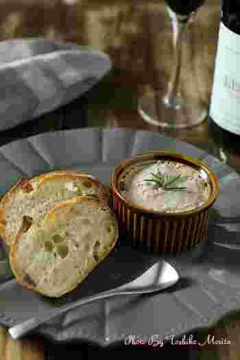 好みのキノコで作るパテ。きのこの香りがふんわり口のなかに広がって、こっくり深い味わい。ワインと交互にいただいたら、とまらなくなっちゃいそうなおいしさです!